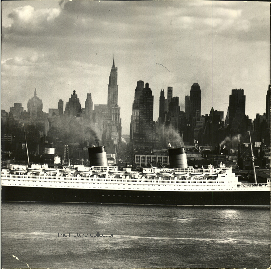 14878642 Andreas Feininger (Ocean liner 'Queen Elizabeth' on the Hudson river) US, New York 1958 - The Picture Collection