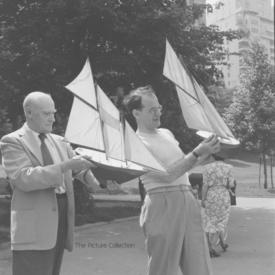 15319744 Andreas Feininger (Lyonel and Theodore Lux Feininger with toy sail boats in Central Park) US, New York 1951 - The Picture Collection